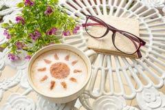 Caffè di arte del Latte nella progettazione del sole Fotografie Stock Libere da Diritti