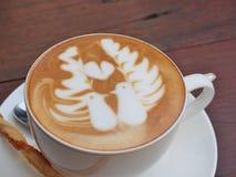 Caffè di arte del Latte sullo scrittorio di legno Fotografie Stock Libere da Diritti