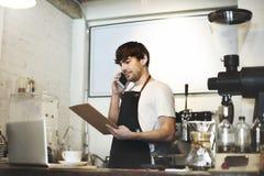 Caffè di barista che fa concetto di servizio della preparazione del caffè immagine stock