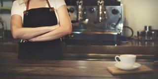 Caffè di barista che fa concetto di servizio della preparazione del caffè fotografia stock libera da diritti