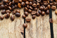 Caffè di Brown, primo piano dei beens del caffè su un fondo di legno Fotografia Stock Libera da Diritti