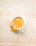 Caffè di Crema con i biscotti Fotografie Stock Libere da Diritti