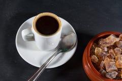 Caffè di Expresso con lo zucchero tedesco Brauner Kandis della roccia in ciotola Fotografie Stock Libere da Diritti