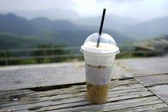 Caffè di ghiaccio con latte sulla tavola di legno fotografia stock