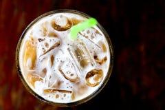 Caffè di ghiaccio in vetro con paglia Fotografia Stock Libera da Diritti