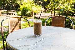 Caffè di ghiaccio in vetro sulla tavola Fotografia Stock