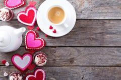 Caffè di giorno di biglietti di S. Valentino e spazio della copia dei bigné Fotografia Stock