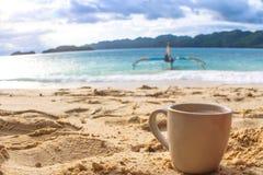 Caffè di mattina alla spiaggia Fotografia Stock