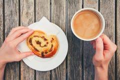 Caffè di mattina con con le pasticcerie dolci Fotografie Stock