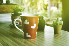 Caffè di mattina con il cuore in forma di cuore del caffè rosso fotografie stock