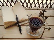 Caffè di mattina e un taccuino immagini stock libere da diritti