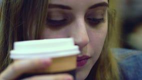 Caffè di mattina - una giovane donna gode di di odorare e sorseggiare una tazza di caffè stock footage