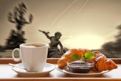 Caffè di Parigi con i croissant contro il tramonto sopra la città in Francia fotografie stock libere da diritti