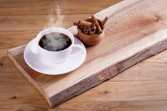 Caffè di recente preparato con una selezione delle pasticcerie e delle torte Fotografie Stock