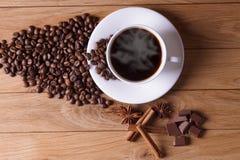 Caffè di recente preparato con una selezione delle pasticcerie e delle torte Immagini Stock