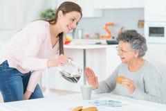Caffè di versamento della signora anziana Immagini Stock Libere da Diritti