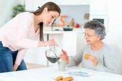 Caffè di versamento della signora anziana Fotografia Stock Libera da Diritti
