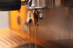 Caffè di versamento a macchina del caffè Fotografia Stock Libera da Diritti