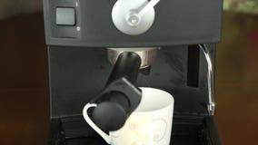 Caffè di versamento a macchina del caffè in tazza beige Tazza a macchina della macchinetta del caffè Colpo bloccato del carrello  archivi video