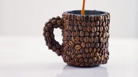 Caffè di versamento in una tazza archivi video