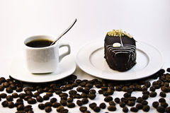 Caffè, dolce sui precedenti bianchi Immagini Stock Libere da Diritti