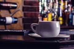 Caffè e bevanda Tazza di caffè e cognac Brandy Whiskey Aperitif Wine nella barra moderna di notte Fotografie Stock