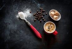 Caffè e biscotti del caffè espresso sulla tavola nera del caffè immagini stock