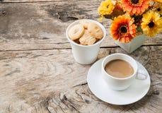 Caffè e biscotti sulla tavola di legno Fotografia Stock Libera da Diritti