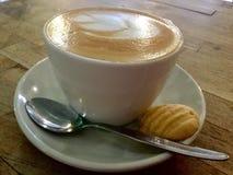 Caffè e biscotto sulla tavola di legno Cappuccino classico fotografie stock