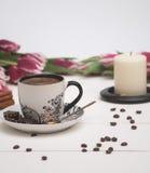 Caffè e candela in tulipani rosa Fotografia Stock Libera da Diritti