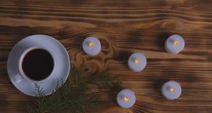 Caffè e candele su fondo di legno fotografie stock