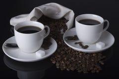 Caffè e chicchi di caffè in tabella Immagini Stock