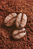 Caffè e chicchi di caffè a terra Fotografie Stock Libere da Diritti