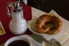 caffè e ciambellina salata tedesca fotografia stock libera da diritti