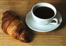 Caffè e croisant sulla tavola di legno Immagine Stock Libera da Diritti