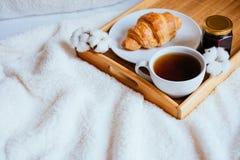 Caffè e croissant a letto immagine stock