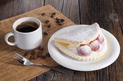 Caffè e dolce con l'uva Fotografie Stock Libere da Diritti