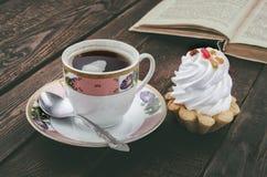 Caffè e dolce Libro d'annata su fondo Fotografia Stock