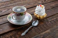 Caffè e dolce su fondo rustico scuro Fotografia Stock