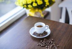 Caffè e fagioli in salsa del caffè espresso Fotografia Stock