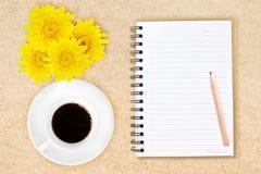 Caffè e fiori della matita del taccuino Fotografia Stock