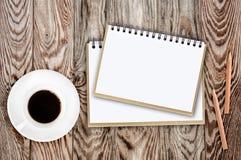 Caffè e fiori della matita del taccuino sulla tavola Immagine Stock Libera da Diritti