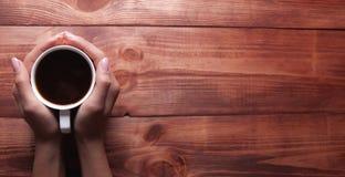 Caffè e giornale su una tabella di legno immagini stock