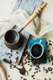 Caffè e grani di rame del cezve su un fondo d'acciaio Fotografia Stock Libera da Diritti
