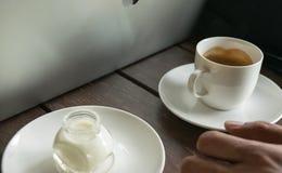 Caffè e latte sul fondo di legno della tavola Fotografia Stock