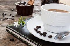 Caffè e libro su legno Immagini Stock