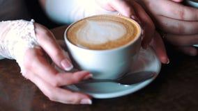 Caffè e mani video d archivio