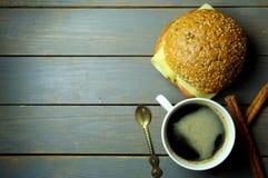 Caffè e panino della prima colazione Fotografia Stock Libera da Diritti