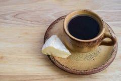 Caffè e pezzo di formaggio del camembert Fotografia Stock Libera da Diritti