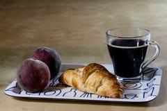 Caffè e prima colazione caldi freschi sul vassoio Tabella di legno Immagini Stock